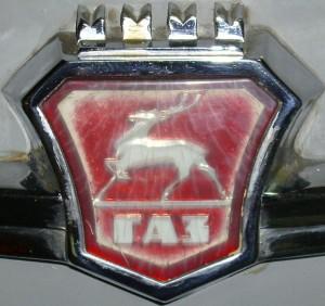 Emblem_GAZ_an_einem_Wolga_cropped
